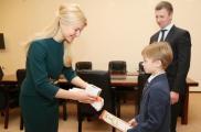 Школьника наградили грамотой и подарком. Фото: сайт ХОГА
