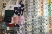 Во время обысков изъяли деньги и боевые патроны. Фото: пресс-служба облГФС