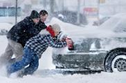 Снегопад добавил работы коммунальщикам и спасателям. Фото: avtochka.com.ua