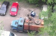 Харьковчане попросили запретить парковку у мусорных баков. Фото: youtube.com