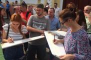 Волонтеры у здания суда. Фото: varta.kharkov.ua