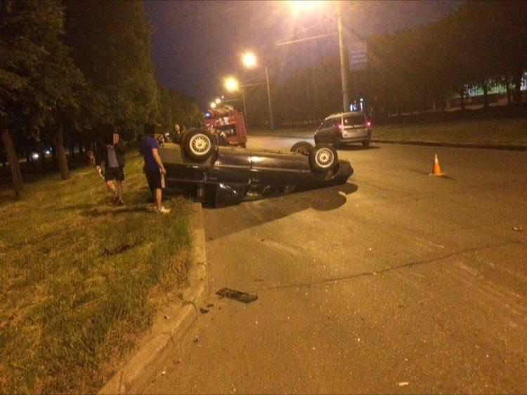 В результате столкновения автомобиль перевернулся на крышу (ФОТО)