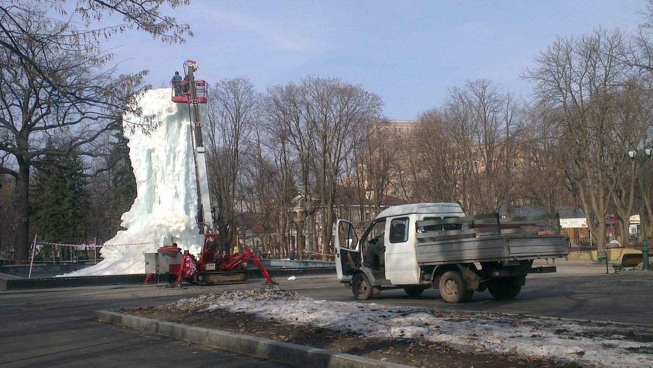 В саду Шевченко демонтируют ледяную скульптуру (ФОТО)