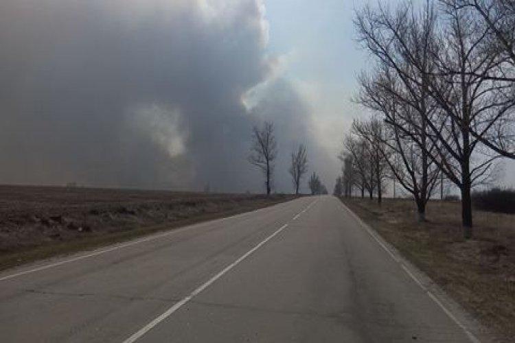 Канонада и пожар еще не прекратились. Фото: Павел Федосенко