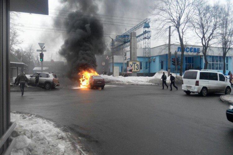 Машина вспыхнула после удара и сгорела до тла. Фото: vk.com/h_kharkov