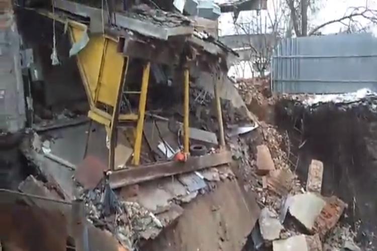 Дом ушел под землю. Кадр из видео