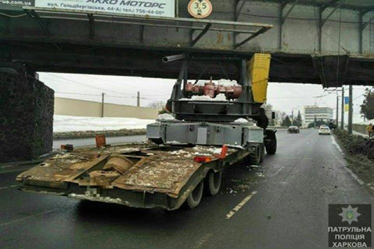 Водитель застрял под мостом. Фото: пресс-служба патрульной полиции Харькова