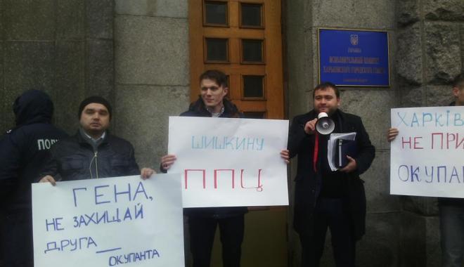 Под мэрию пришли около 50 протестующих с плакатами. Фото: Алексей Басакин